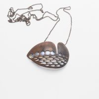 """""""Carienis Sineirac"""", 2018, bronze, vidro murano, 20,5x20,5x6,6cm"""