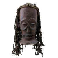 """Chokwe, """"Máscara Manu Pwo"""", Angola ou R. D. Congo, Séc. XX, Madeira, têxteis, 28x50x27cm"""