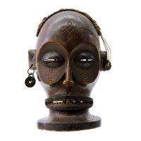 "Chokwe, ""Máscara"", R. D. Congo ou Angola, Século XX, Madeira, corda, palha, medalhas, 15x21x10cm"