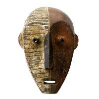 """Metoko, """"Máscara Mituku"""", R.D. Congo, século XX, madeira, pigmentos naturais, 17x25x11cm"""