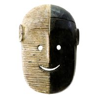 """Metoko, """"Máscara"""", R. D. Congo, Século XX, Madeira, pigmento branco, 23x34x9cm [INDISPONÍVEL / UNAVAILABLE]"""