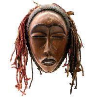 """Chokwe, """"Máscara"""", R.D. Congo, século XX, madeira, tecido, palha, 28x46x30cm"""