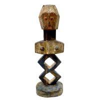 """Metoko, """"Figura"""", R.D. Congo, século XX, madeira, vestígios de pigmentos, 17x51x16cm"""