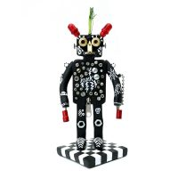"""Boemeco nº193 — Robô Punk Estra-Terrestre"", 2019, pasta de argila pintada, objectos vários, verniz mate, 10x21x10cm"