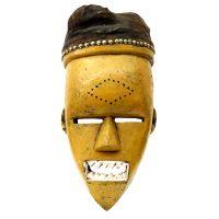 """Salampasu, """"Máscara"""", R.D. Congo, século XX, madeira pintada, pano, enchimento, tachas, 21x43x18cm"""