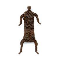 """Namji, """"Doll"""", Camarões, século XX, ferro, vime, 11x24x5cm"""