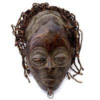 """Máscara Ritual Mwana Pwo"", Chokwe, R.D. Congo, século XX, madeira, corda, argolas de metal, 25x37x10cm"