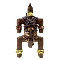 """Namji, """"Doll"""", Camarões, século XX, madeira, conchas, contas, couro, 13x27x8cm"""