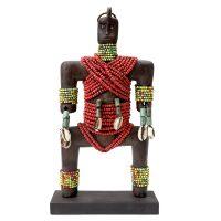 """Namji, """"Doll"""", Camarões, século XX, madeira, conchas, contas, 14x27x7cm"""
