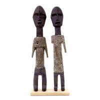 "Ada Adan, ""Par de Estatuetas Aklama #150 e #151"", Gana, século XX, madeira, pigmentos naturais branco e azul, 4x23x1 e 5x24x2cm (respectivamente) [INDISPONÍVEL / UNAVAILABLE]"