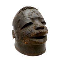 """""""Máscara Ritual Lipiko"""", Makonde, Moçambique, início do século XX, madeira, cabelo, 20x24x26cm"""