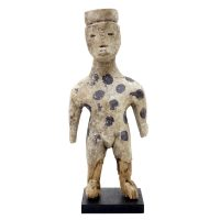 "Ada Adan, ""Figura Masculina Fetiche Adan Adangbé"", Gana, século XX, madeira, pigmentos branco e azul, 10x24x5cm"
