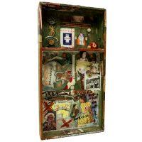 """""""Sem título"""", assemblage de objectos vários sobre caixa, 44x83x9cm"""