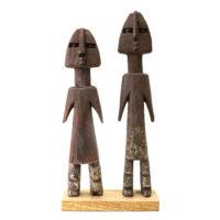 Figura Aklama (par), Adangbe, Gana, Séc. XX, madeira, pigmentos, 5x24x2cm+5x22x3cm – REF CCAK20-010