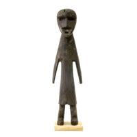 Figura Aklama, Adangbe, Gana, Séc. XX, madeira, pigmentos, 5x20x3cm – REF CCAK20-031