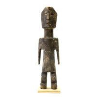 Figura Aklama, Adangbe, Gana, Séc. XX, madeira, pigmentos, 6x23x3cm – REF CCAK20-033