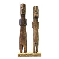 Figura Aklama (par), Adangbe, Gana, Séc. XX, madeira, pigmentos, 3x20x3cm+3x19x3cm – REF CCAK20-039