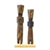 Figura Aklama (par), Adangbe, Gana, Séc. XX, madeira, pigmentos, 3x19x2cm+3x17x2cm – REF CCAK20-040