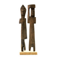 Figura Aklama (par), Adangbe, Gana, Séc. XX, madeira, pigmentos, 4x23x2cm+4x23x2cm – REF CCAK20-062