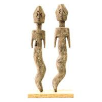 Figura Aklama (par), Adangbe, Gana, Séc. XX, madeira, pigmentos, 6x30x2cm+6x30x2cm – REF CCAK20-063