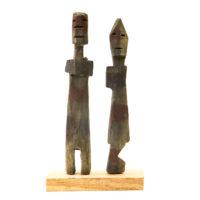 Figura Aklama (par), Adangbe, Gana, Séc. XX, madeira, pigmentos, 7x17x2cm – REF CCAK20-071