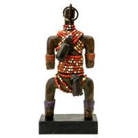 Boneca de Fertilidade, Namji, Camarões, Séc. XX, madeira, conchas, 10x22x6cm – REF CC20-097 [INDISPONÍVEL / UNAVAILABLE]