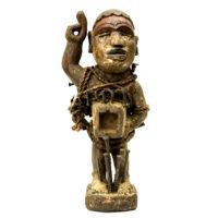 Figura Nkisi Nkondi, Kongo, R.D. Congo, Séc. XX, madeira, pregos, texteis, 14x30x15cm – REF CC20-099