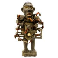 Figura Nkisi Nkondi, Kongo, R.D. Congo, Séc. XX, madeira, pregos, texteis, 14x30x15cm - CC19-438 [INDISPONÍVEL / UNAVAILABLE]