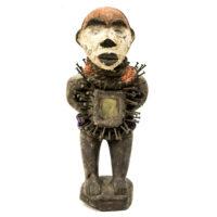 Figura Nkisi Nkondi, Kongo, R.D. Congo, Séc. XX, madeira, pregos, pigmentos, vidro, fibras, 12x27x12cm – REF CC20-182