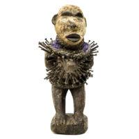 Figura Nkisi Nkondi, Kongo, R.D. Congo, Séc. XX, madeira, pregos, pigmentos, vidro, fibras, 12x25x13cm – REF CC20-183