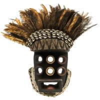 Máscara Kru, Grebo, Costa do Marfim, Séc. XX, madeira, pigmentos, conchas, penas, 40x50x13cm – REF CC21-008