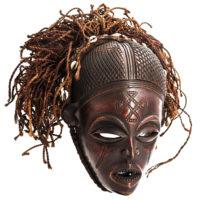 Máscara Mwana Pwo, Chokwe, R.D. Congo / Angola, Séc. XX, madeira, fibras, conchas, 35×37×32cm – Ref CCT21-051